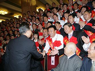 2007年9月27日,溫家寶總理與河南省唯一民營煤礦煤炭工業勞動模范袁占國親切握手