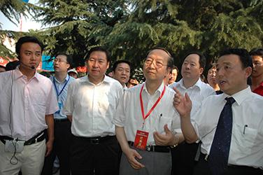 2007年7月10日,李毅中部長在磴槽集團視察工作