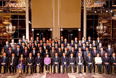 袁占國董事長隨中國企業家代表團參加2009年新加坡APEC峰會期間,與國家主席胡錦濤以及其他領導人等合影留念